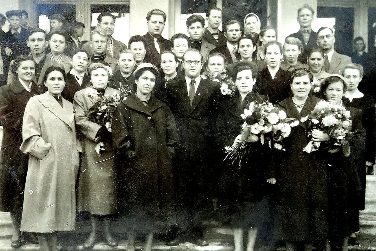 1960 год Педагогический коллектив на крыльце нового здания школы