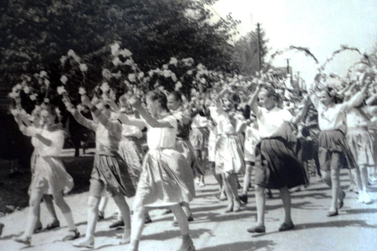 Колонна СШ №2 на первомайской демонстрации. 1961 г