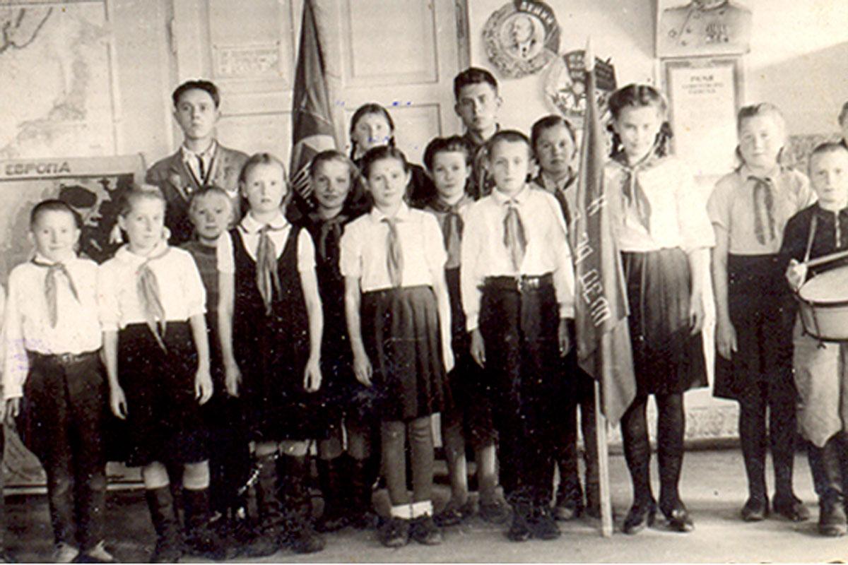 Пионеры школы приветствуют комсомольцев района